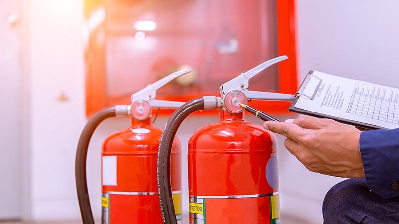 Hva bør en rapport etter gjennomført kontroll av brannvernutstyr inneholde?